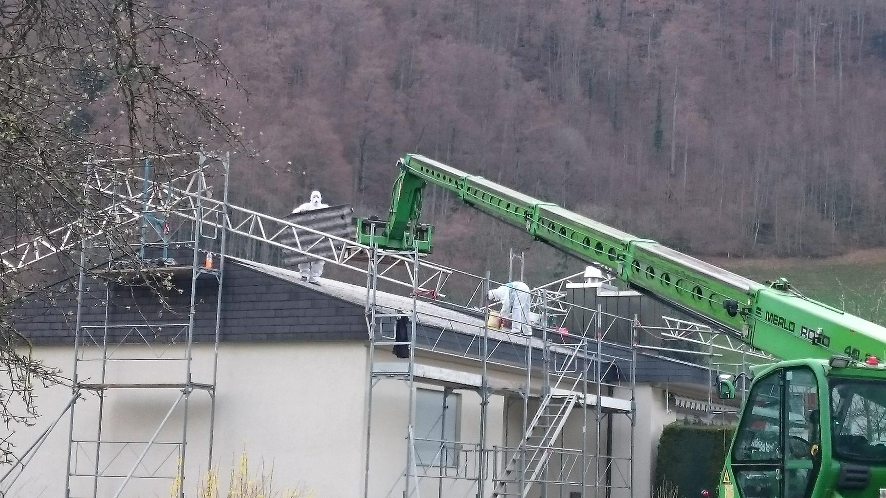 Fachgerechter Rückbau von Asbestfaserzement-Wellplatten. Wolfenschiessen