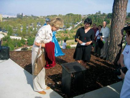 Uno de los reconocimientos a nuestro trabajo: la Plaza de los Voluntarios floreció en el 5 º aniversario del Jardín (2004).