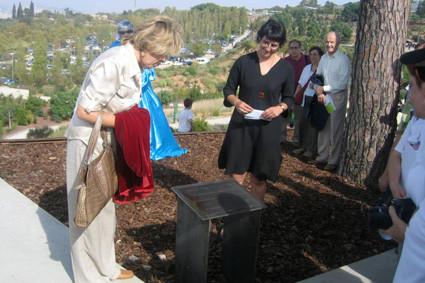 Un dels reconeixements a la nostra feina: la Plaça dels Voluntaris florir en el 5 º aniversari del Jardí (2004).