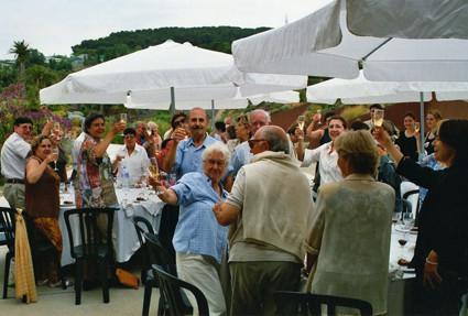 ¡Salud! Brindamos todos juntos por el quinto aniversario del Jardín! (2004).
