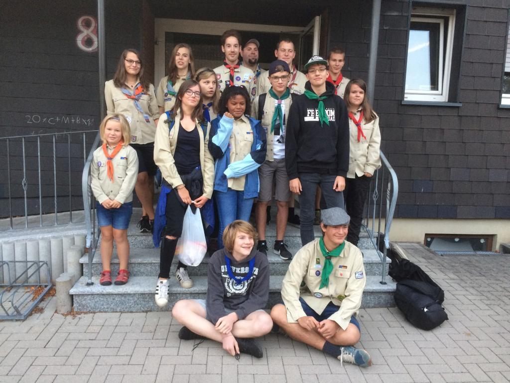 15 Pfadfinder vor ihrem Start ins Sommerlager zum Mattsee in Österreich