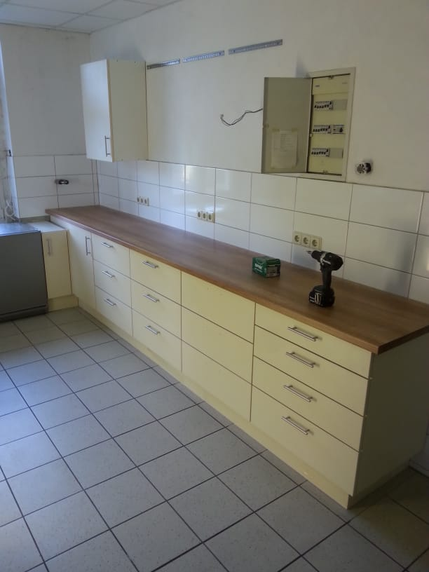 Einbau der neuen Küchenmöbel