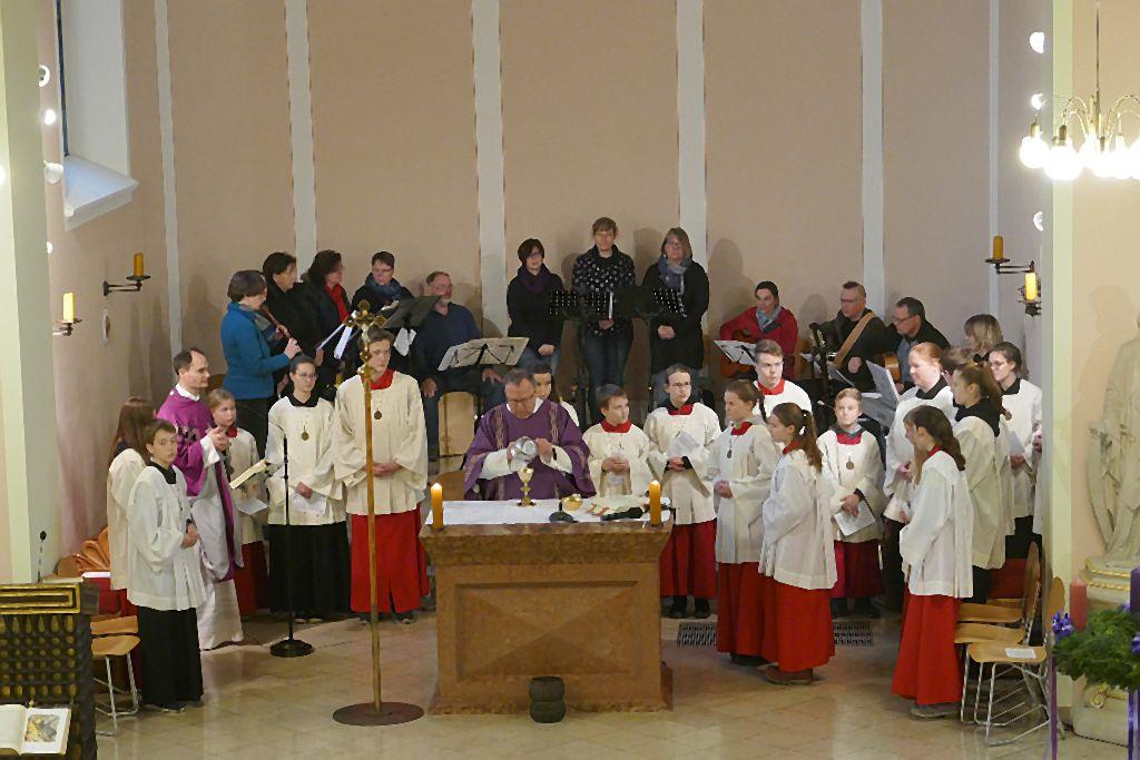 Bei der Festmesse am 2. Adventssonntag: 34 Personen füllten den Altarraum