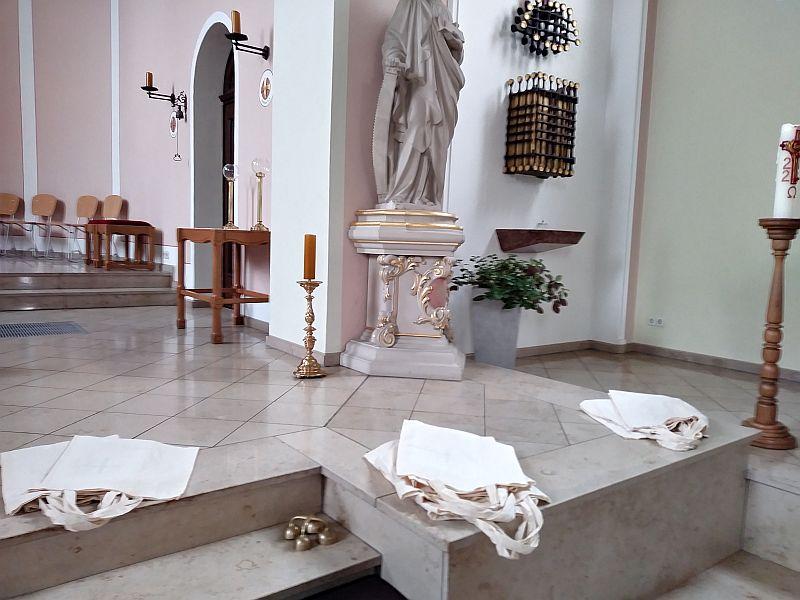 Foto mit den Taschen auf den Treppenstufen zum Altarraum