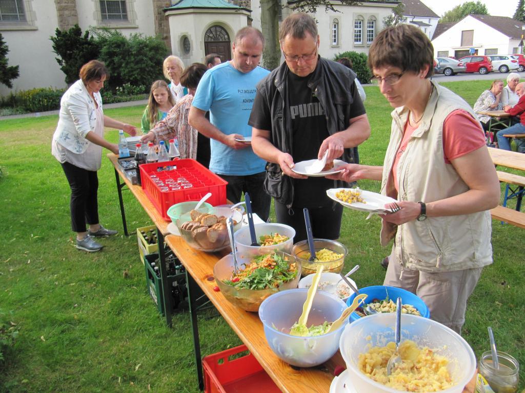 An der Salattheke beim Grillen in Pastors Garten (Foto: Archiv)