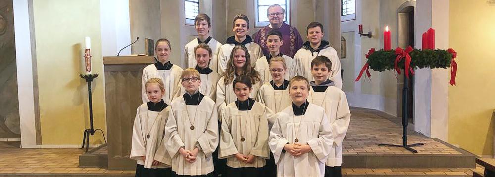 Messdiener-Team mit Pfarrer Schmitz