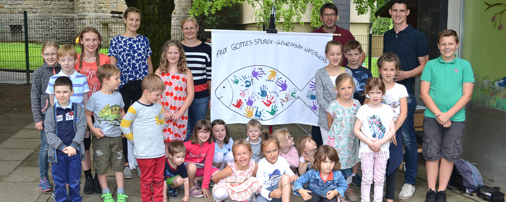 Kinder und Kinderkirchen-Team beim einjährigen Jubiläum