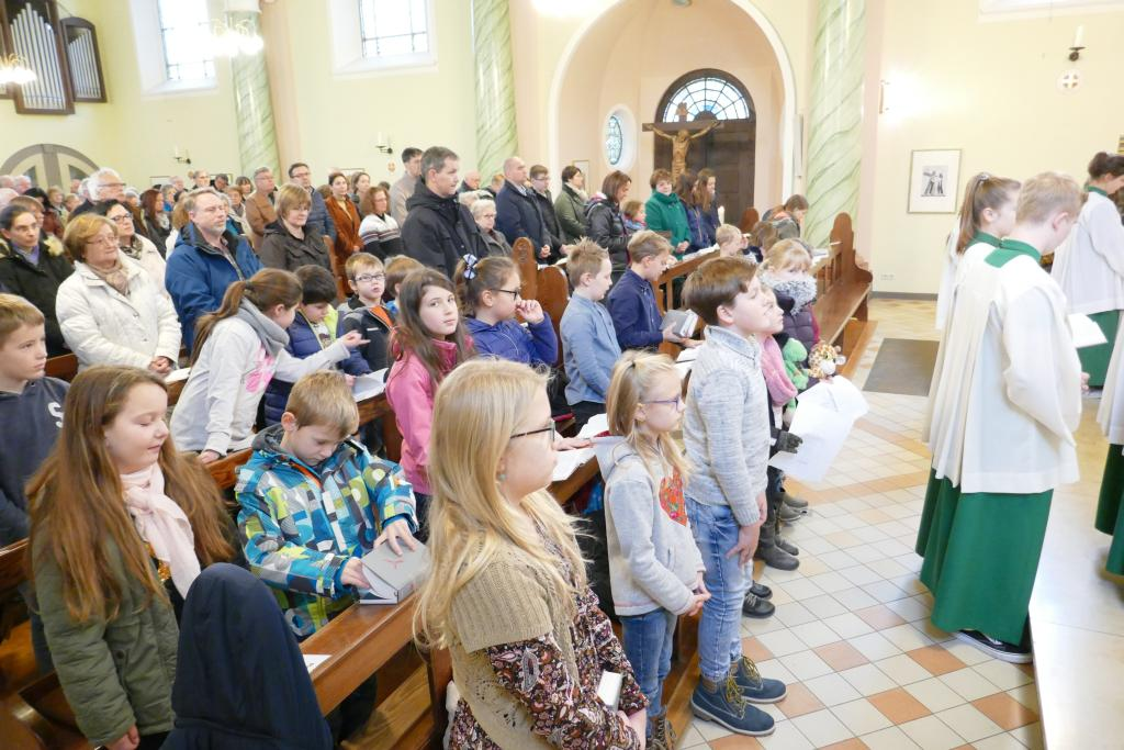 """Die Kinder der """"Kinderkirche"""" sind gerade zur Mitfeier der hl. Messe eingetroffen"""