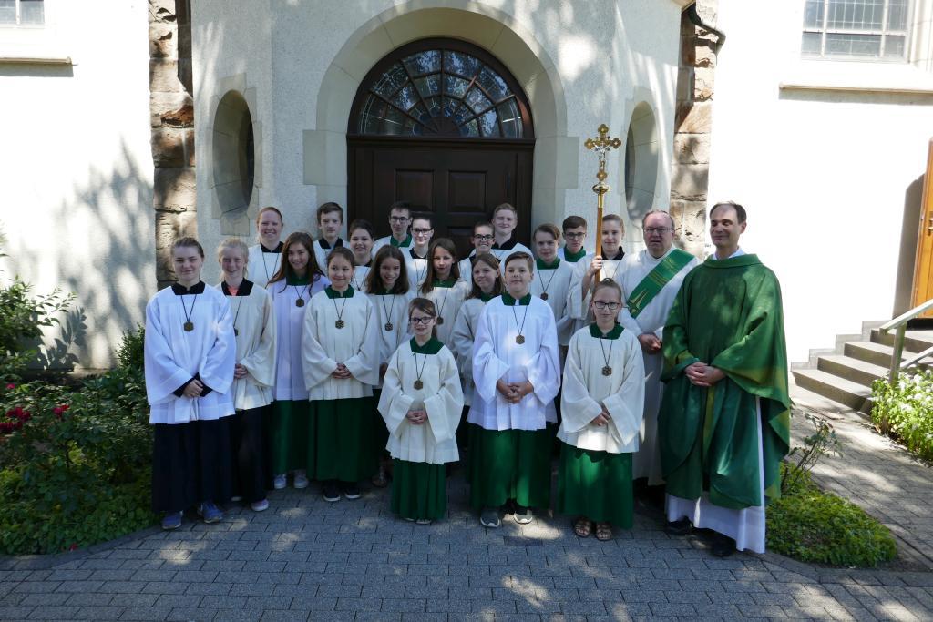 Ministranten am 08.07.2018 zusammen mit Pfarrer Holger Schmitz und Diakon Thomas Becker