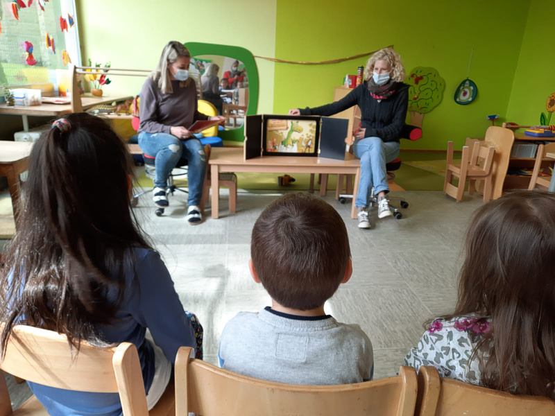 Kinderkirche spendet Bildkarten für das Erzähltheater