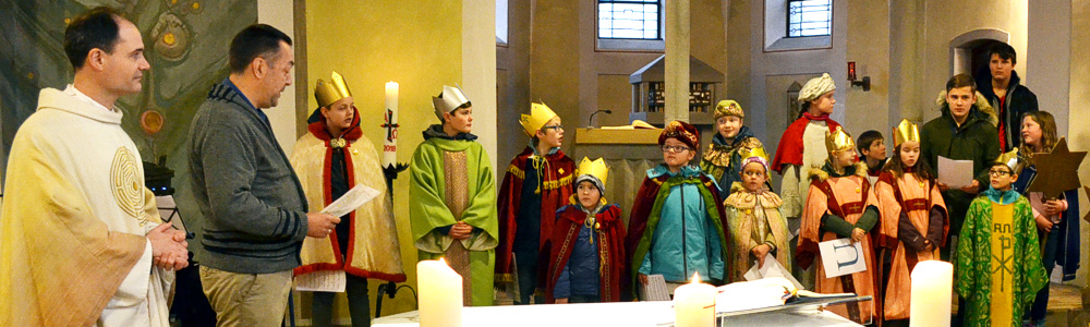 Sternsinger bei der Aussendung in der Kirche