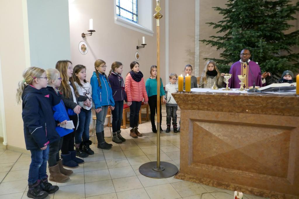"""Ein Teil der Kinderkirchenkinder während des """"Vaterunsers"""" am Altar"""