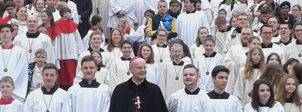 Unsere Messdiener beim Gruppenfoto hinter Bischof Dr. Franz-Josef Overbeck, Foto: Claudia Schneider