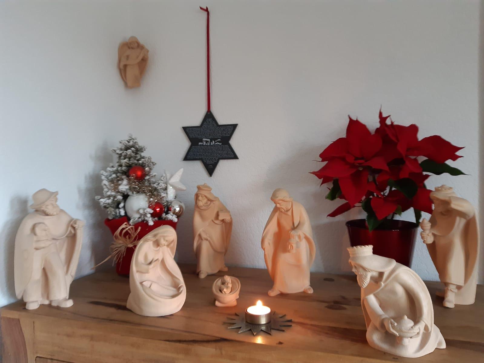 Familie Kramer. Auf dem Stern steht das Weihnachtsevangelium.