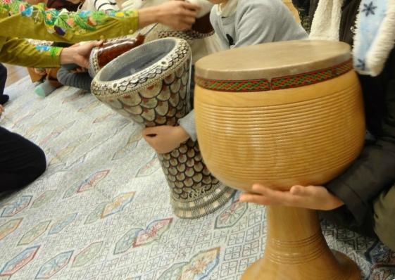 手前の大きな太鼓はペルシャのものです。