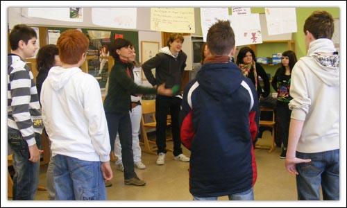 Warming-up Spiel - Jugendliche stehen im Kreis und werfen sich gegenseitig einen Ball zu