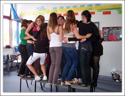Jugendliche während einer Kooperationsübung zum Thema Macht der Gruppe