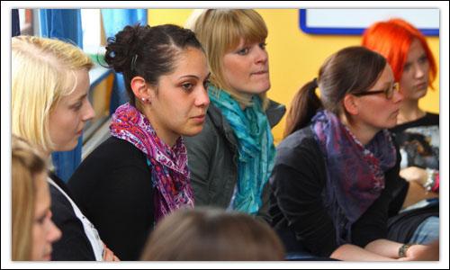 Mehrere Schülerinnen bei einem Vortrag über Menschenrechte