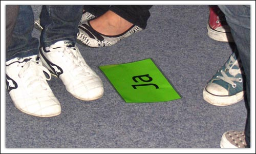 Jugendliche während einer Übung zum Thema Standpunkt beziehen
