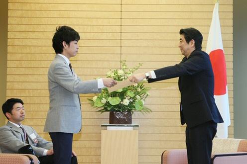 表彰される柳本氏