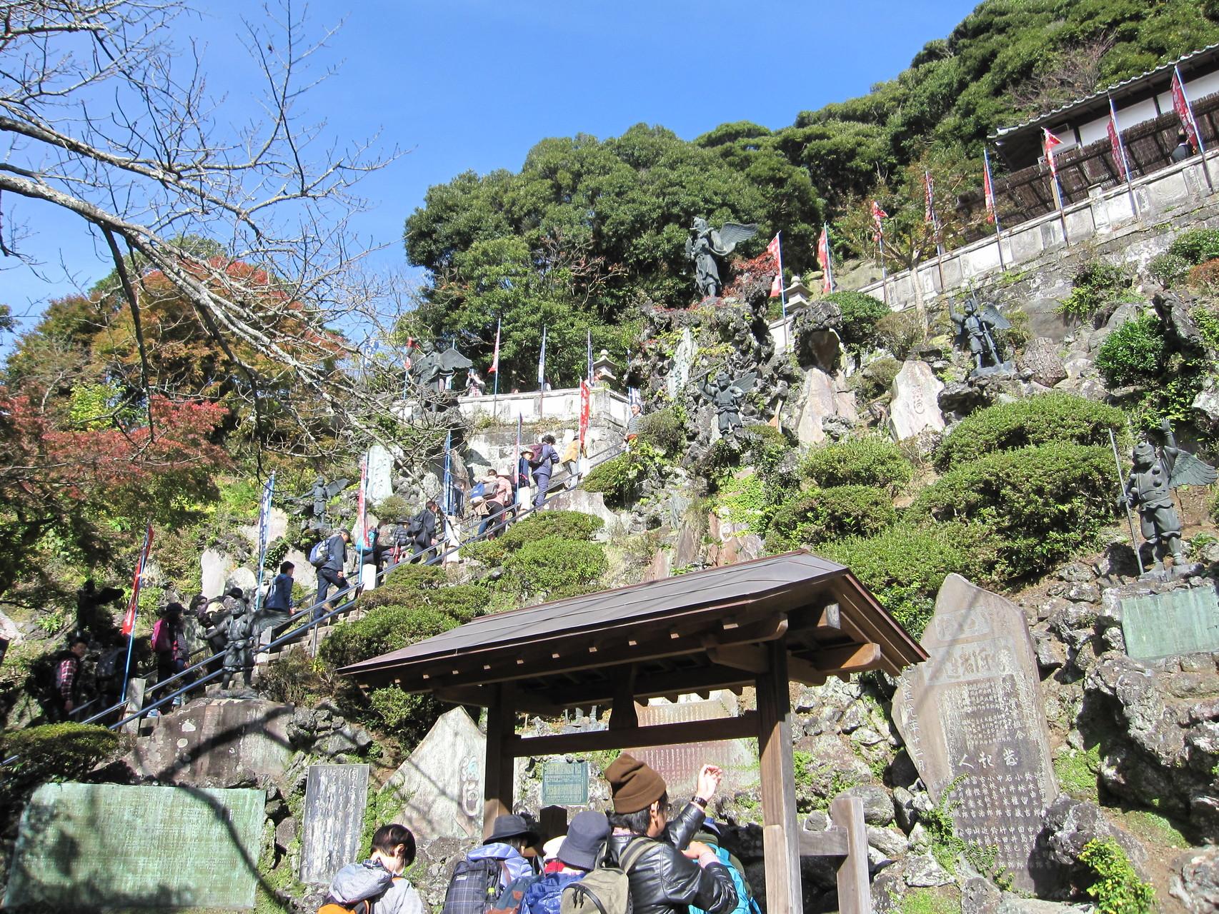 建長寺を抜けて天狗の像群 いきなりの長い急な階段!