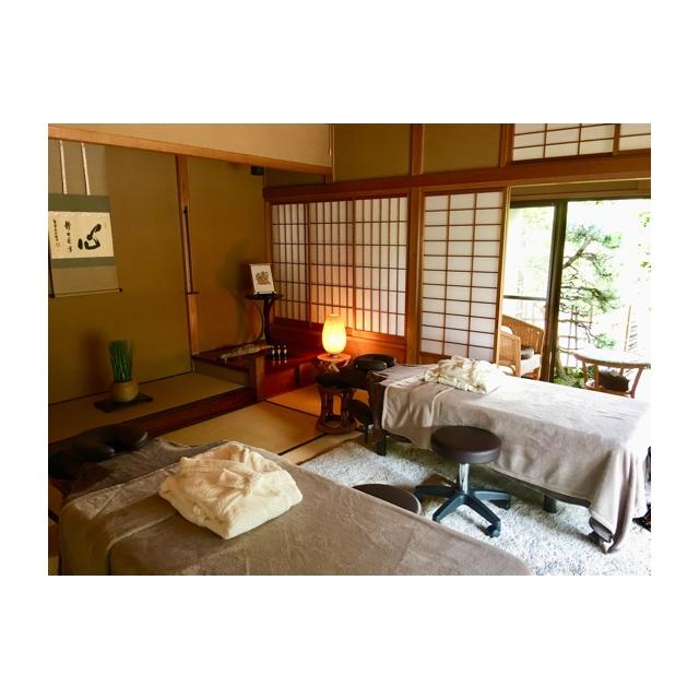 ベッドは2台、お二人様同時の施術も可能です。ご夫婦・お友達などお二人で施術をお受け頂けます。