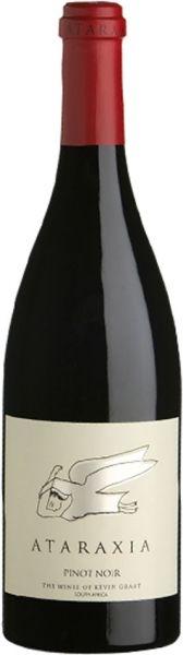 Ataraxia Pinot Noir duftet nach roten Kirschen, Granatapfel und Waldboden. Am Gaumen hat der Pinot Noir eine schöne Tiefe mit klarer Struktur und sanften Tanninen. Der Jahrgang 2015 gilt als der Beste seit Gründung des Weingutes von Kevin Grant.