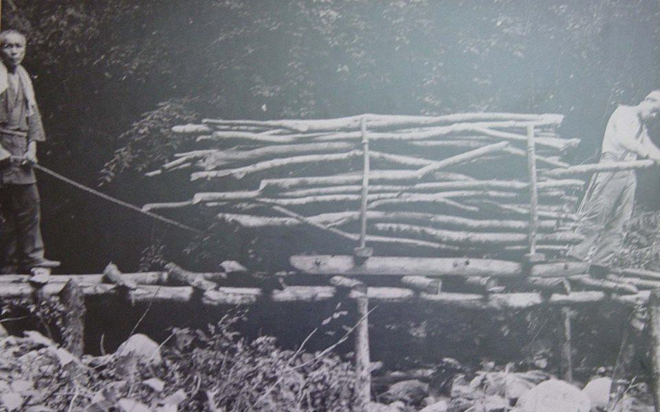 炭焼き用の材料を切り出して運搬する様子(1935年頃)