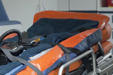Schwebetisch und Krankentrage in einem Rettungswagen