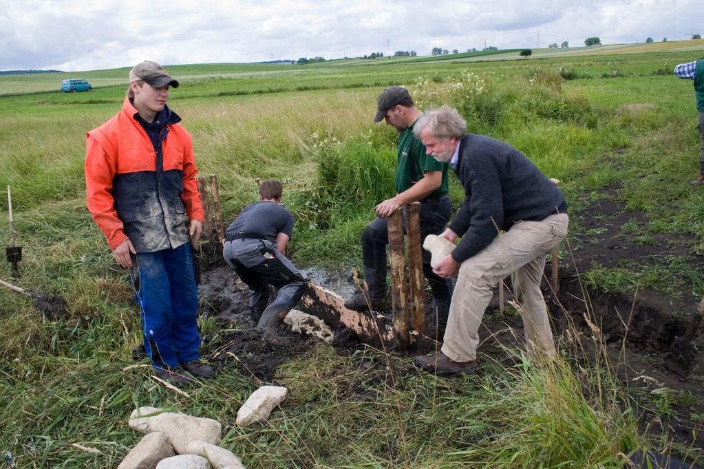 Azubis vom Forstlichen Stützpunkt Buchenberg bauen ein Stauwehr