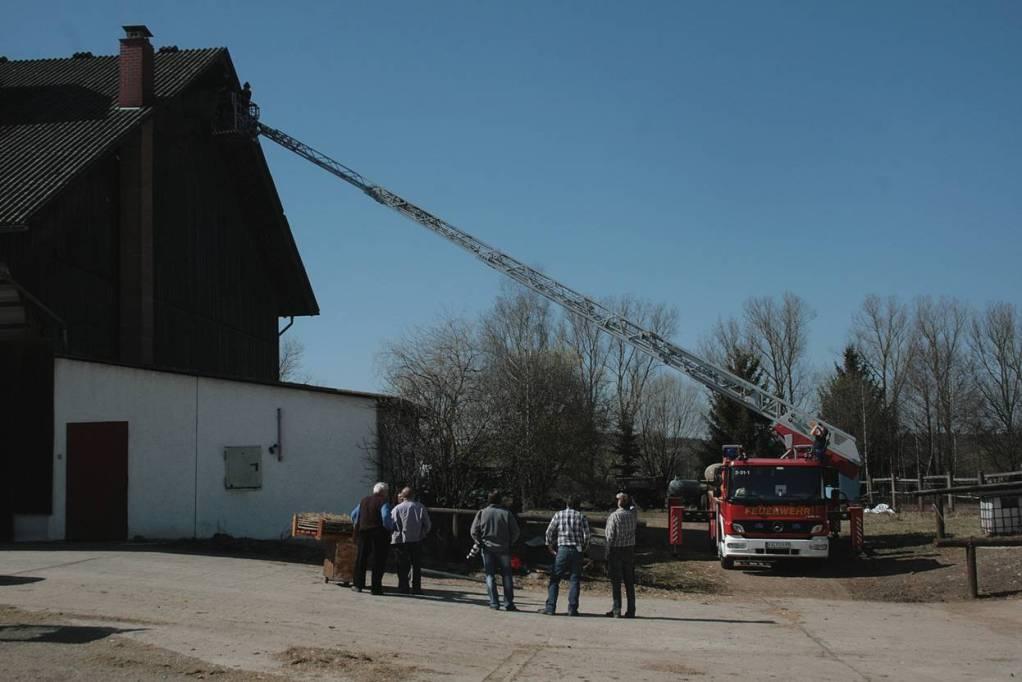 Die Feuerwehr rückt an , obwohl es nicht brennt.