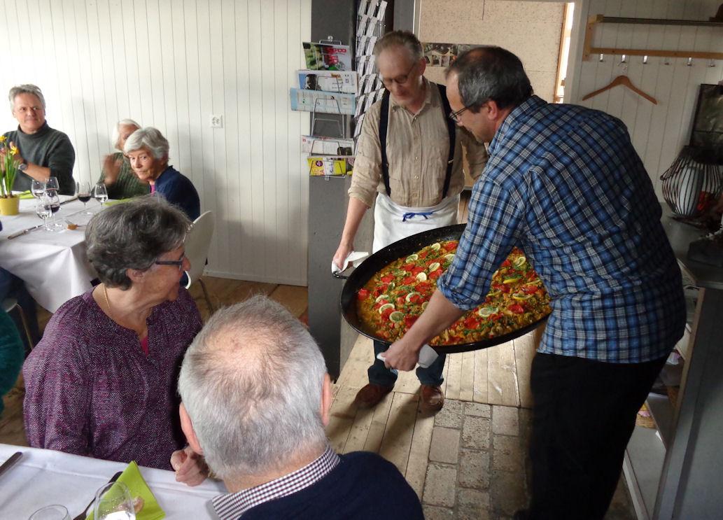 Ahhhh, die Paella wird präsentiert