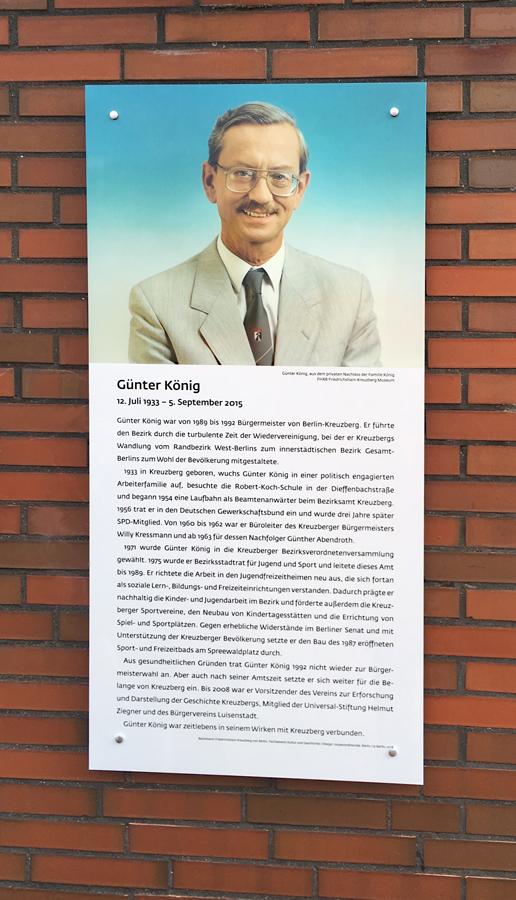 Mit der Gedenktafel wird der ehemalige Kreuzberger Bürgermeister Günter König gewürdigt. Die Tafel wurde mit dem sehr haltbaren Durasafe-Verfahren hergestellt. Auftraggeber war das Bezirksamt Friedrichshain-Kreuzberg.