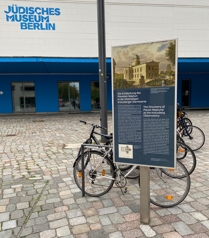 """Standort der Gedenkstele der Sternwarte vor der """"Anoha"""", dem Kindermuseum des Jüdischen Museums Berlin"""