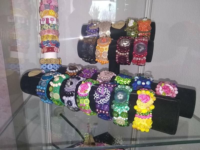 Armbänder (15 €/22 €), f. Kinder (8 €)