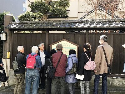 有名な料亭「田中屋」さんの前にて。説明を熱心にきいてます・・・・。