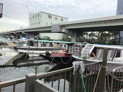 運河沿いに黒や灰色の筒を積んだ船が見えました。穴子漁の船で今は激減してしまったそうです。