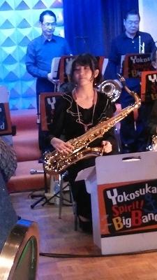 サクソフォーンを演奏する女性、目が離せません(*^-^*)