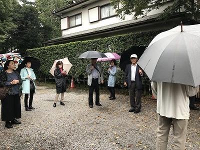 5分ほど歩くと「松蔭寺」に到着。松蔭寺には、「タラヨウ」という樹木があり、葉っぱに傷をつけると文字が書けるので、昔は、ハガキとして使用していたらしいです。 日本では、葉に傷つけるだけで文字が書けることから、テガミノキとよばれ、郵便局のシンボルツリーなどによく用いられるそうです。