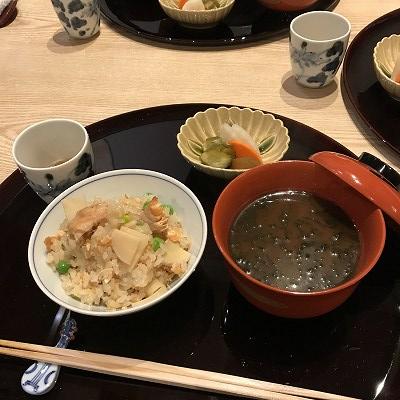 鮭と筍、グリーンピースの炊き込みご飯です。しっかりと出汁もきいて、美味しい(^^♪