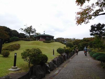 旧吉田邸を出て、道を隔てて渡ると、「旧三井邸別荘跡地」へ。展望台へ向かいます。