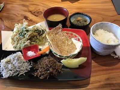 江ノ電に乗り、腰越駅から徒歩3分「しらすや」でランチを取りました。予約してたので、スムーズに入店、「しらすずくし定食」を頂きました(^^♪ 生しらすがさすが新鮮で美味しい~(^^♪