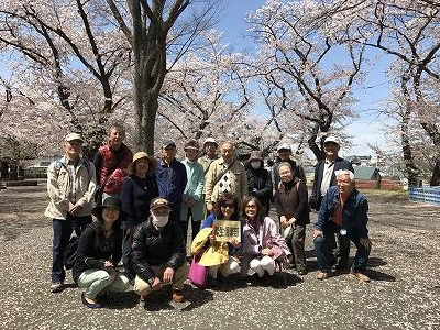 満開の桜をバックに  はいチーズ(古い?) (*^-^*)