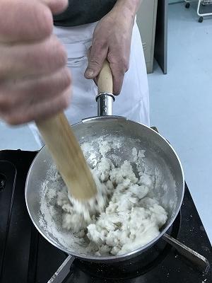 更科粉は必ず底の丸いお鍋で手っ取り早く混ぜます。