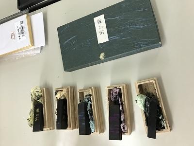佐々木先生がまず初めに5色の「墨」を机に出されて、「今日はこれで描きます(^_^」