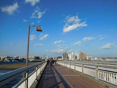 江の島神社から「江の島駅」に戻る「江の島橋」をゆら~り👣 👣 風がぴゅ~ぴゅ~(#^^#)
