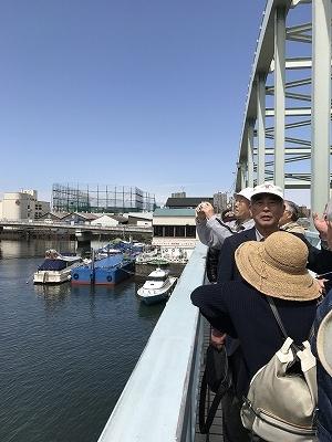 シティガイド協会の斎藤先生の説明を熱心に伺います。