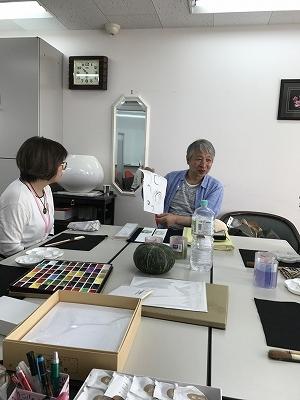 描き方の説明をしています。日本画の基本だそうです。濃い色からのせるのが日本画。洋画は薄い色からだそうです。