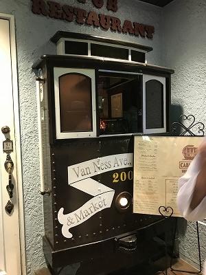 「ケーブルカー」の窓です。レトロでオシャレ!!