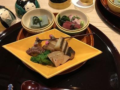 器を開けると、胡麻豆腐&お刺身が・・・(*^-^*)